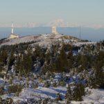 Vue depuis le Crêt de la Perdrix sur les antennes, les Alpes et le Mont Blanc
