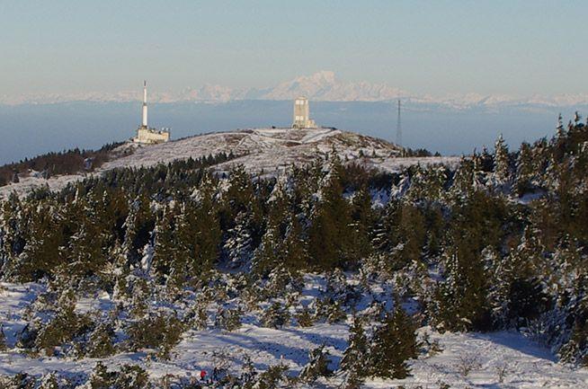 Vue depuis le cCrêt de la Perdrix sur les antennes, les Alpes et le Mont Blanc