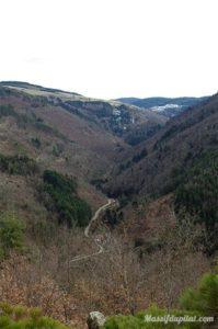 Vue sur la route de Saint-Etienne au Bessat depuis la Madone à Rochetaillée