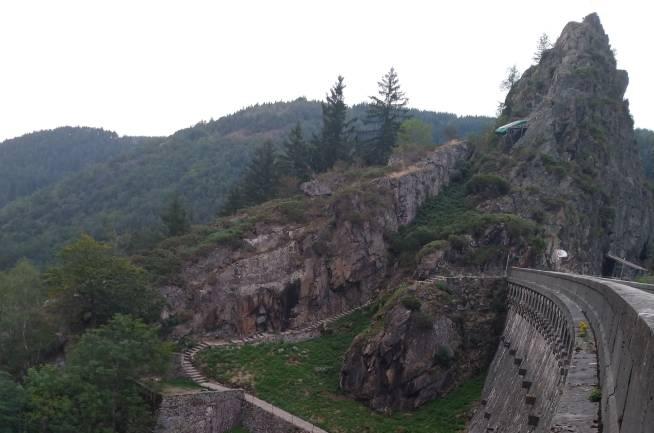 La montée des marches du barrage du Gouffre d'Enfer de Rochetaillée