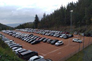 Affluence sur le stade de foot stabilisé de Rochetaillée transformé en parking à l'occasion du Rochetrail