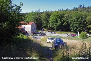 Auberge de la Croix du Collet de Doizieux en arrivant par les chemins depuis la Chaux de Toureyre