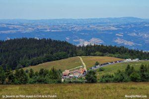 La Jasserie du Pilat vue depuis le Crêt de la Perdrix et la vue au loin sur les monts du Lyonnais