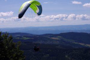 Parapente dans les airs au sommet du Mont Pilat