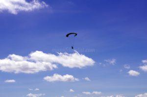 Parapentiste dans les airs au sommet du Pilat