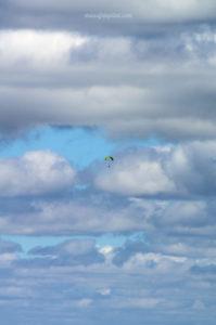 Parapente dans le ciel du Pilat