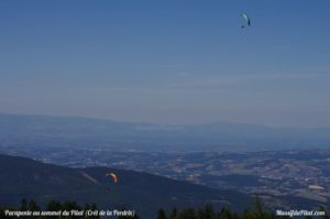 Vol de parapente et vue depuis la zone de décollage de parapente de la Jasserie du Pilat