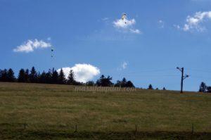 Vol de parapente au dessus du téléski de la Jasserie dans le Pilat