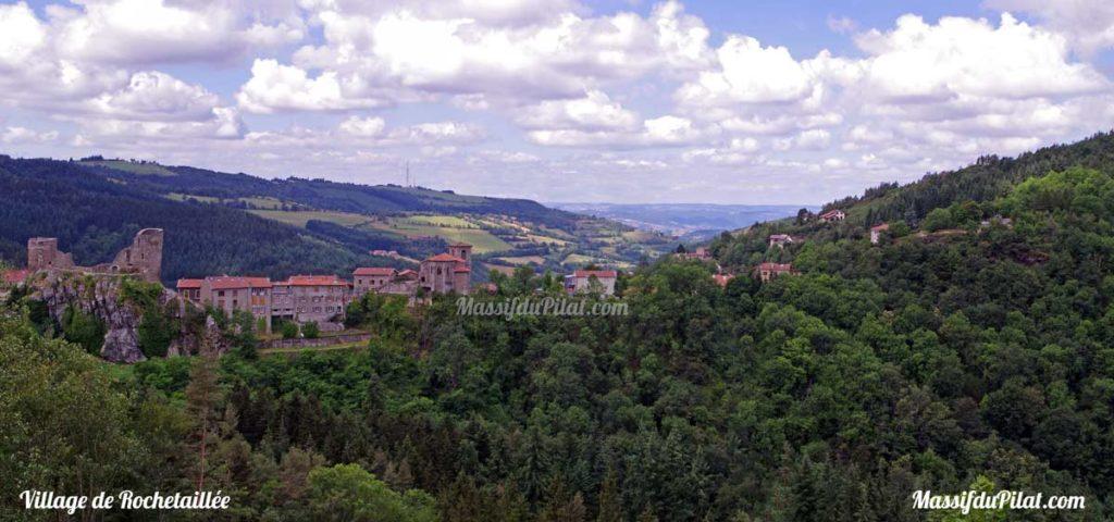 Village de Rochetaillée avec vue sur le château, l'église, la Madone à droite et l'antenne du Guizay sur la colline en face