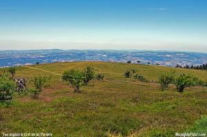 Vue de la zone de décollage de parapente depuis le chemin qui mène au Crêt de la Perdrix