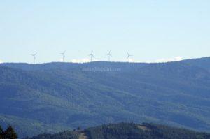 Vue sur les éoliennes depuis le col du Fayet à 611 mètres d'altitude dans le massif du Pilat