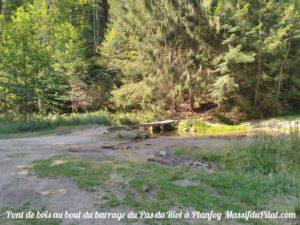 Pont en bois au bout du tour du barrage de Planfoy