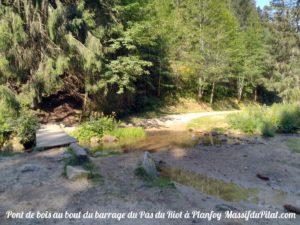 Pont en bois au bout du barrage du Pas de Riot de Planfoy