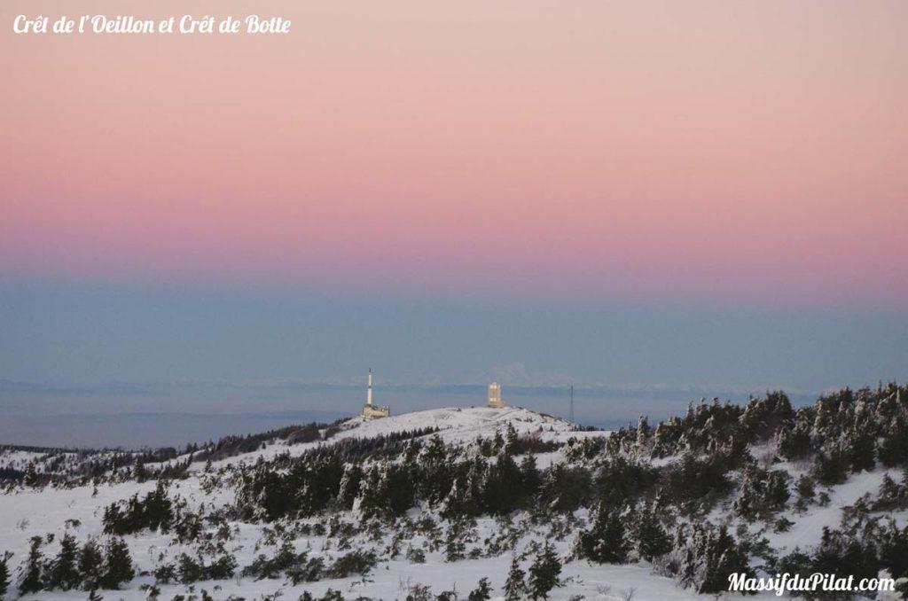 Vue sur le Crêt de l'Oeillon et le Crêt de Botte depuis le Crêt de la Perdrix dans le Pilat (42) avec le Mont Blanc en arrière plan.
