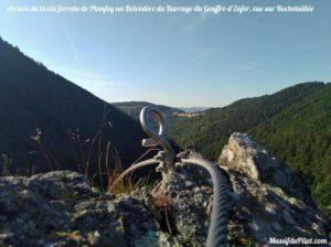 Arrivée de la Via Ferrata de Planfoy au niveau du Belvédère du Barrage du Gouffre d'Enfer avec vue sur le village de Rochetaillée