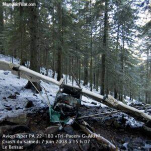 """Épave de l'avion Piper PA 22-160 """"Tri-Pacer"""" G-ARHP suite au crash du Samedi 7 Juin 2008 à 15h07 sur la commune du Bessat"""