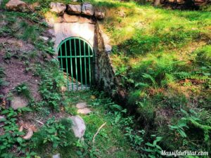 Conduit d'évacuation du réseau de canalisations sous la forêt des Grands Bois du Pilat à Tarentaise